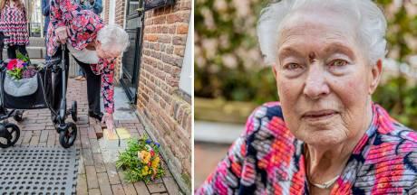 Pas na 79 jaar neemt Lenie afscheid van haar vermoorde Joodse vriend uit Lochem: 'Dit heb ik altijd gewild'