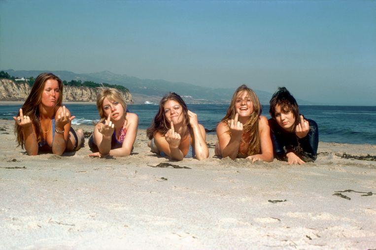 The Runaways in 1976, met vanaf links Lita Ford, Cherie Currie, Jackie Fox, Sandy West en Joan Jett. Beeld Getty Images