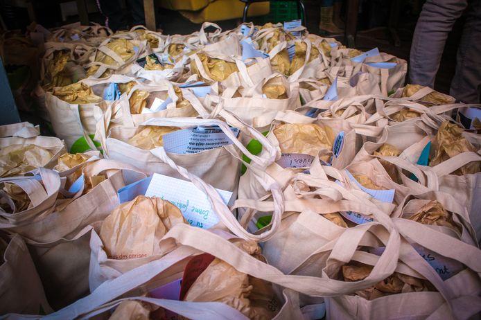 Il n'y avait pas que de la nourriture dans ces colis, mais aussi des mots d'encouragement à l'intention des étudiants.