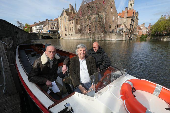De elektrische boot van Coudenys met Luc (links) en Kevin (rechts). Schepen van Toerisme Philip Pierins (Vooruit) mag deze keer aan het stuur.