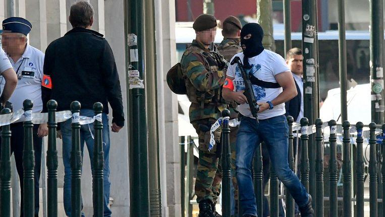 Bewaking van het gerechtsgebouw terwijl zes terreurverdachten, waaronder Ali Oulkadi, voor de raadkamer verschenen op 9 juni 2016. Beeld Photo News