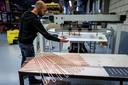 Lught plaatste vorige week een pijpenbuigmachine, die de 75 meter lange holle koperbuis buigt, die door de door directeur Hadders ontwikkelde lucht/water warmtewisselaar loopt.