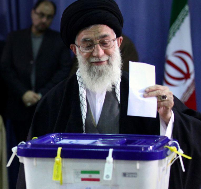 Ook Ali Khamenei, de hoogste geestelijk leider van Iran, bracht vrijdag zijn stem uit ©AFP Beeld