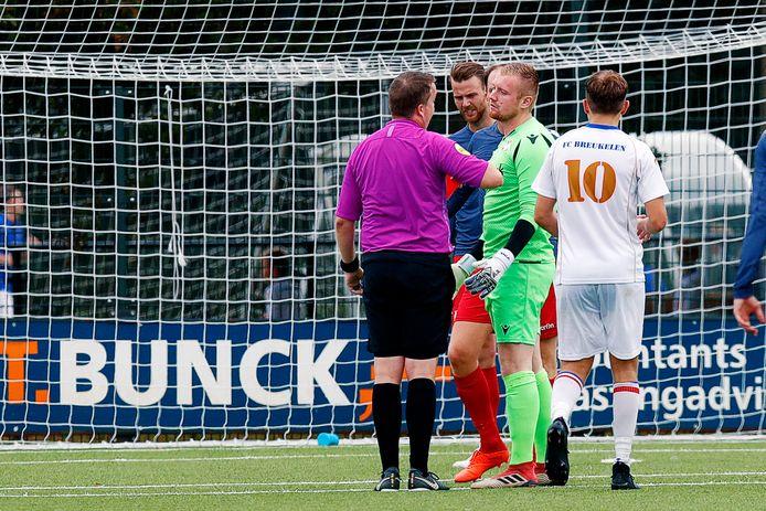 FCDe Bilt-doelman Menno Vink heeft zojuist de rode kaart gekregen van scheidsrechter Eddy van Yren. FCBreukelen kwam mede daardoor terug tot 2-2, onder meer door een doelpunt van Mike Versloot.