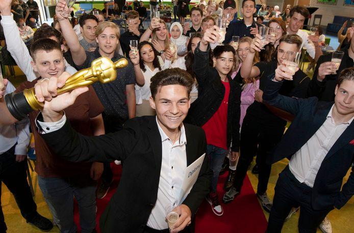 Marcel Krebaum - met trofee - met zijn klas.