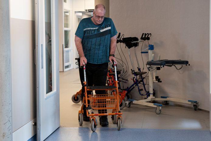 Jos Lambregts heeft de kliniek waar hij revalideerde verlaten, maar heeft het fysiek en mentaal nog altijd zeer zwaar na de aanslag op de truck waarin hij lag te slapen ruim een jaar geleden in Doesburg.
