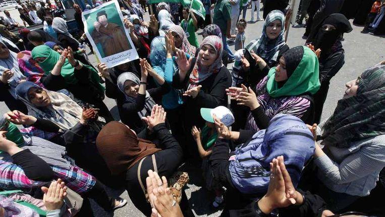 Vrouwelijke supporters van Khadafi in Tripoli met het portret van hun leider. Beeld null