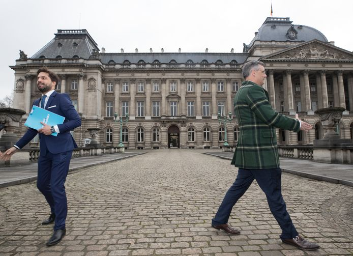 In verschillende samenstellingen hebben de Vlaams-nationalisten en de Franstalige socialisten elkaar deze week gezien. Ze zagen elkaar met en zonder de twee informateurs Joachim Coens (CD&V) en Georges-Louis Bouchez (MR), die hier op de foto zojuist hun bezoek aan koning Filip hebben afgerond. (20/01/2020)