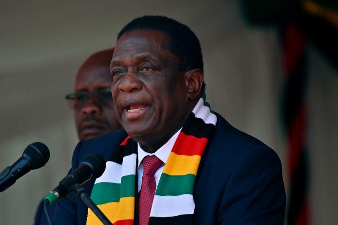 Emmerson Mnangagwa, de huidige president van Zimbabwe, zwaait zijn voorganger Robert Mugabe in een afscheidsspeech uit als een 'visionair om wie heel het land in tranen is'. Foto Tony Karumba/ AFP)