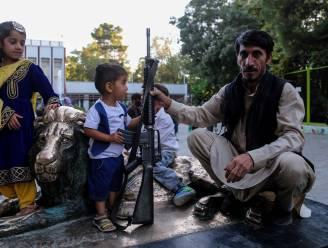Talibanstrijders poseren met wapens voor groepsfoto's in dierentuin Kaboel
