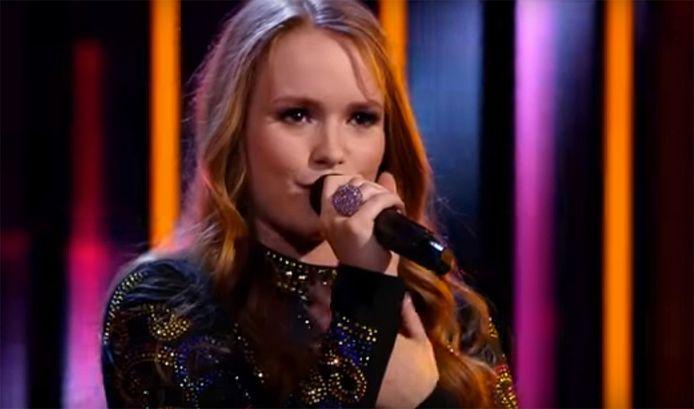 Isabel Provoost zingt tijdens de eerste liveshow van The Voice.