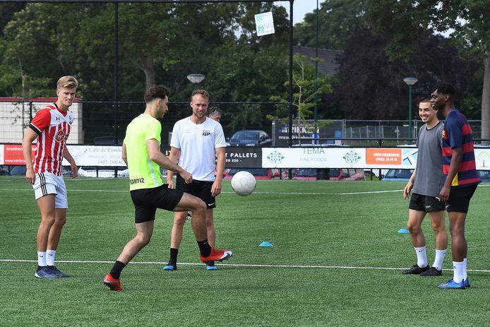Özgür Aktas controleert de bal tijdens de training.