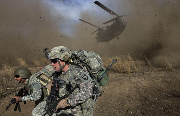 November 2009: een Amerikaanse en een Afghaanse soldaat worden gedropt door een Chinook-helikopter. Beeld AFP