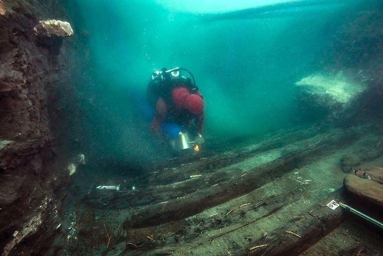Een duikers onderzoekt het oorlogsschip in de havenstad Thônis-Heracleion. Beeld AFP