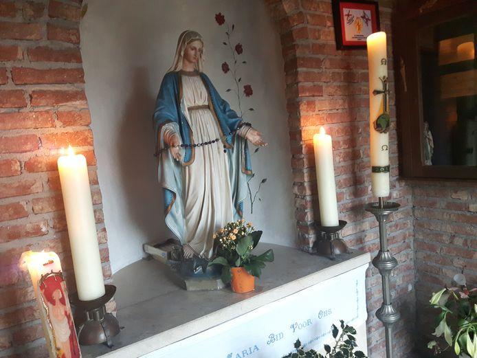 Het Mariabeeld van Onze Lieve Vrouw van Empel dat door veel Spanjaarden aanbeden wordt.