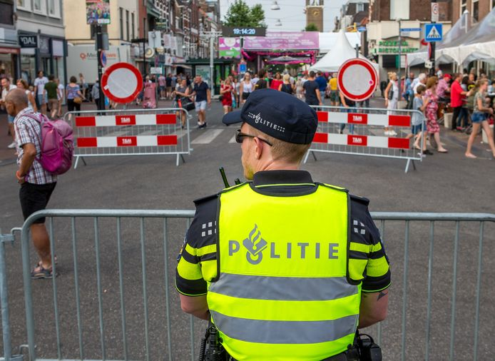 Een agent tijdens de Vierdaagsefeesten in Nijmegen in 2018.