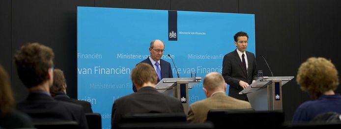 Jan Sijbrand, directeur toezicht van De Nederlandsche Bank, en minister Jeroen Dijsselbloem van Financien maken in 2013 bekend dat SNS Reaal genationaliseerd wordt.