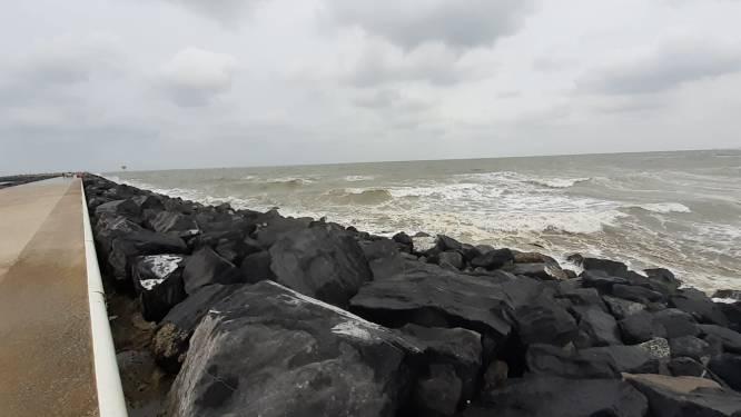 """Surfer in de problemen nabij Oostelijke strekdam: """"Hier beland je beter niet tussen. Het kan fataal aflopen"""""""