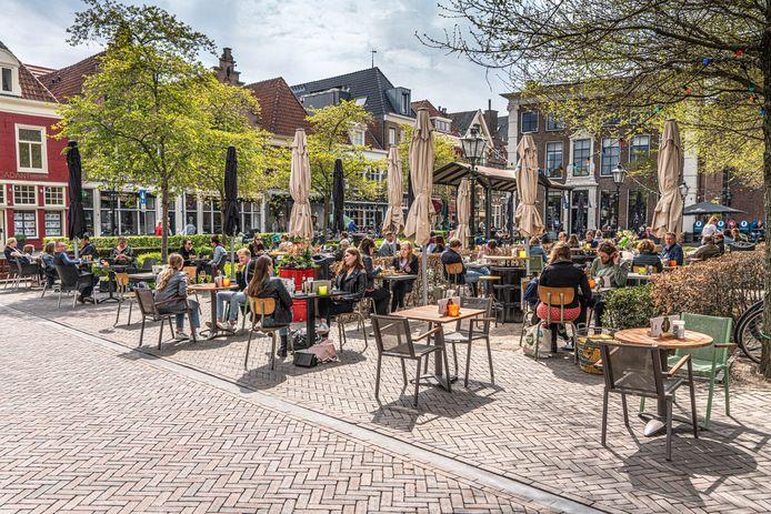 De terrassen op de Nieuwe Markt in Zwolle, het plein waaraan ook Brasserie Jansen zetelt.