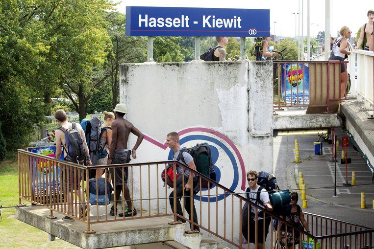 Traditioneel komen heel wat festivalgangers met de trein naar Pukkelpop. Beeld BELGA