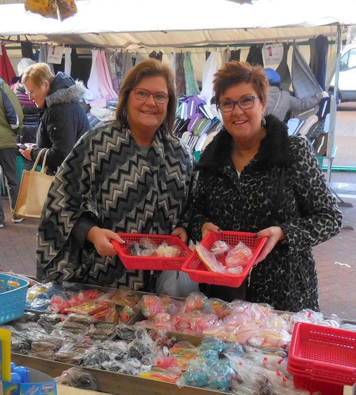 Petra (links) en Mia kopen snoep op de Besterdmarkt.
