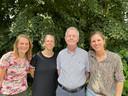 Gerrit-Jan Harmsen poseert tussen de vrouwen, die zijn praktijk voortzetten, vlnr: Anke de Groot-Nijkamp, Frederieke Loot en Marieke de Boer-Meijer.