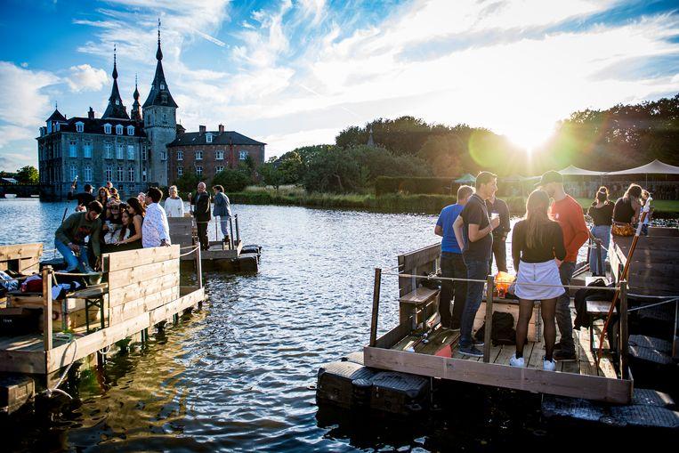 Paradise City organiseerde vorig jaar een speciale editie waarbij de bezoekers op kleine bootjes coronaproof konden genieten van het festival. Beeld BELGA