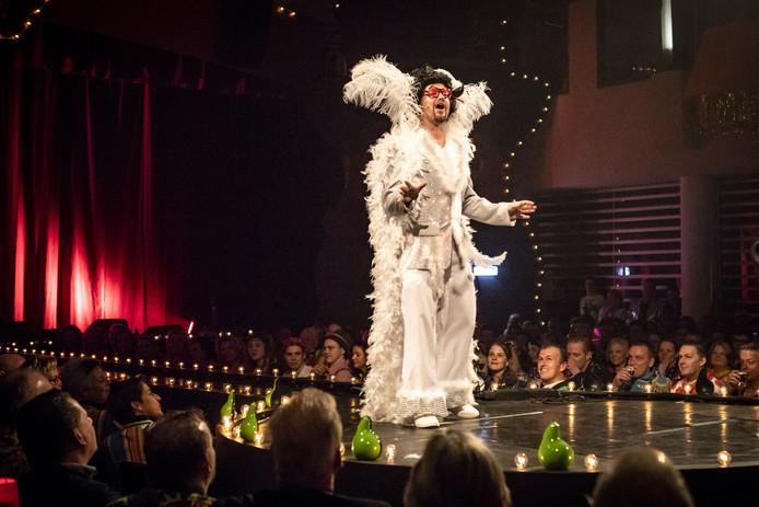 Gala bij de De Köttelpeer'n. Niels Wigger als Graaf Choreo 1 opende het 51e gala.