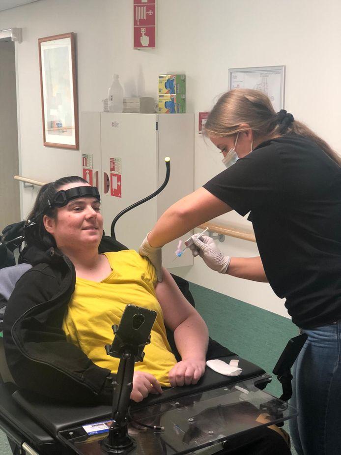 De 33-jarige Ellen de Tree krijgt het coronavaccin in verpleeghuis Het Gasthuis in Gorinchem.