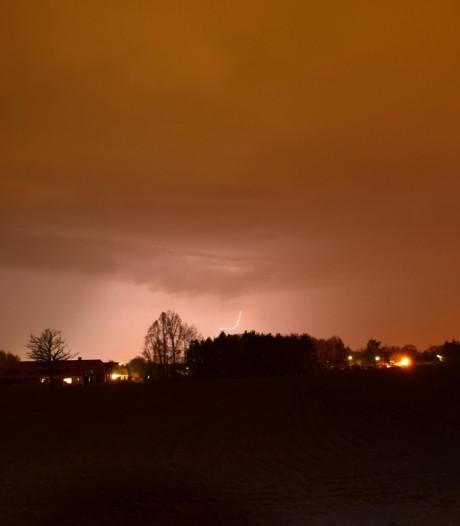 Flinke onweersbuien boven Brabant, duel Jong PSV definitief gestaakt