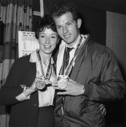 Ann Packer en haar verloofde tonen hun medailles.