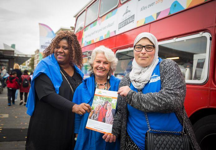 Shanella Bridgewater, Ellen Kleijn en Aïcha El Kadiri (v.l.n.r.) van zorgcoöperatie Aishel op het Goed voor Elkaar festival in Escamp.