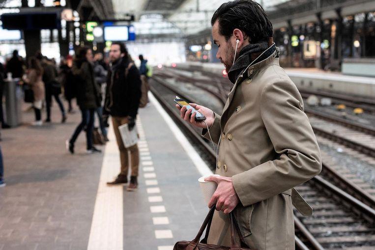 Een treinreiziger op Amsterdam Centraal. Beeld anp