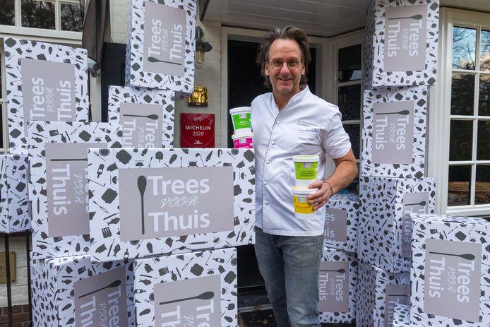 Chef Dick Middelweerd van Restaurant De Treeswijkhoeve (Trees voor Thuis) tussen de dozen voor de thuismenu's.