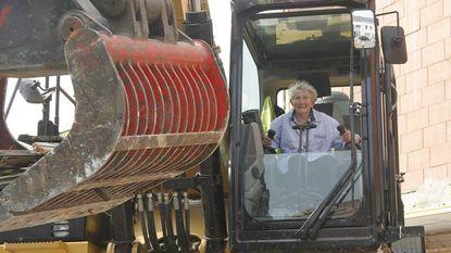 Marie-Jeanne helpt mee aan sloop De Tijger