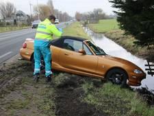 Sportwagen ramt lantaarnpaal en eindigt in de berm