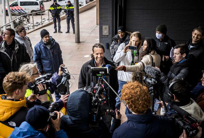 Willem Engel van protestgroep Viruswaarheid een week geleden bij het gerechtshof waar het hoger beroep diende over het opheffen van de avondklok.