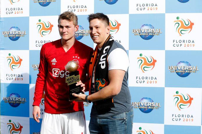 Matthijs de Ligt (l) is weer een trofee rijker. Hij wordt tegen Sao Paulo gekozen tot man van de wedstrijd.