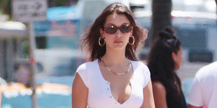Bella Hadid met de zonnebril van Komono aan.