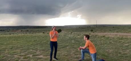 Un météorologue demande sa copine en mariage devant une tornade