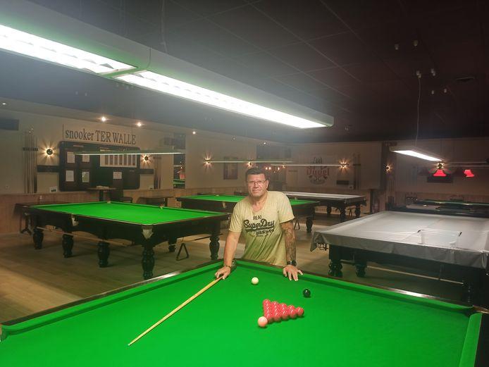 Uitbater Serge De Schepper (54) van The Fiesta Snooker uit Evergem in een lege zaal.