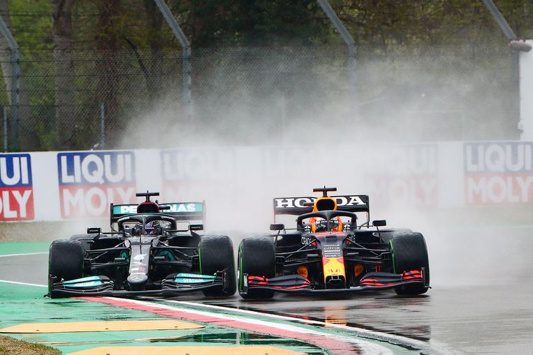Max Verstappen (rechts) passeert al vroeg in de race wereldkampioen Lewis Hamilton en pakt zo de leiding. Beeld EPA