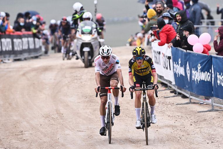 Koen Bouwman (rechts) finisht zondag 16 mei als 15de op de Campo Felice in de Apennijnen. Beeld LAPRESSE