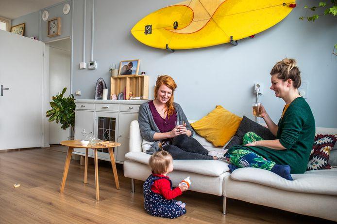 Bewoonster Emy Spekschoor (l) op de bank in haar energiezuinige flatwoning aan de Camera Obscuradreef in Utrecht met een vriendin en haar kindje. Sinds twee jaar heeft ze geen energiekosten meer.
