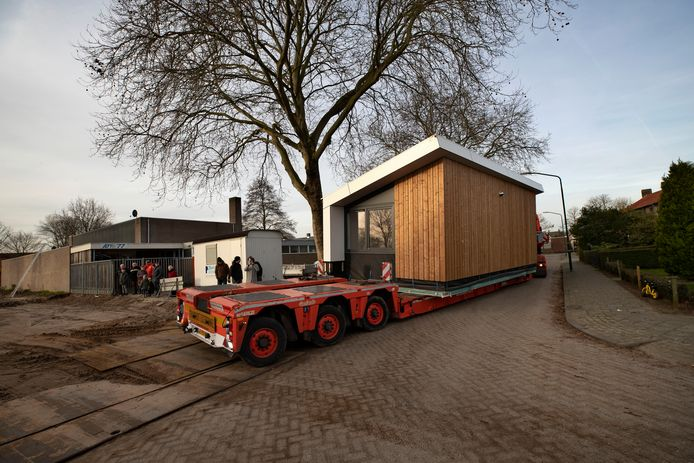 tiny houses worden op hun plaats getakeld in Aarle Rixtel