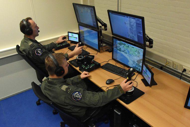 Militairen van de luchtmacht oefenen met het op afstand besturen van onbemande vliegtuigen. Beeld Defensie