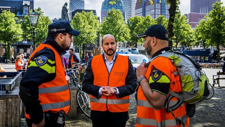 Ahmed Marcouch (midden) praat met politieagenten tijdens de stakingen afgelopen jaar Beeld anp