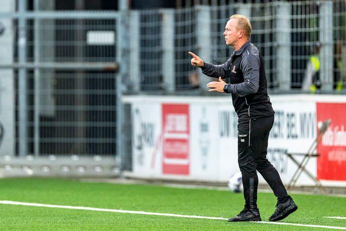 Trainer Wil Boessen van Helmond Sport geeft aanwijzingen aan zijn spelers tegen MVV.