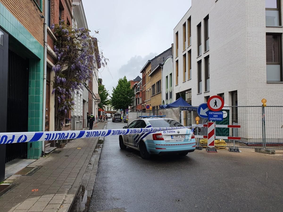 Een politielint en patrouillewagen versperren de doorgang in de Bisschopstraat.