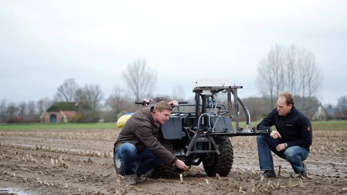 Hans IJken (links) en Roel de Jonge testen een Weed-IT quad op de akker voor het bedrijf Rometron in Steenderen.foto Jan van den Brink